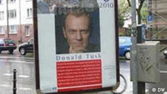 Plakat mit Karlspreisträger Donald Tusk in Aachen (Foto: DW)