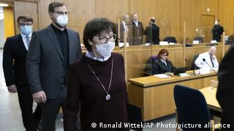 Вдова Вальтера Любке в зале суда