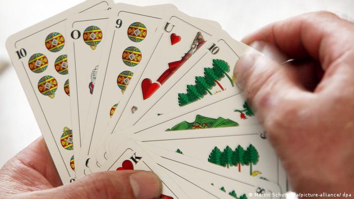Mehrere Karten eines deutschen Kartenspiel-Sets, mit den Motiven Schelle, Herz und Blatt