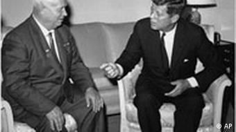 3.6.1961: Der sowjetische Generalsekretär Nikita Chruschtschow (li) und US-Präsident John J. Kennedy bei ihren Verhandlungen in Wien. (Foto:AP)