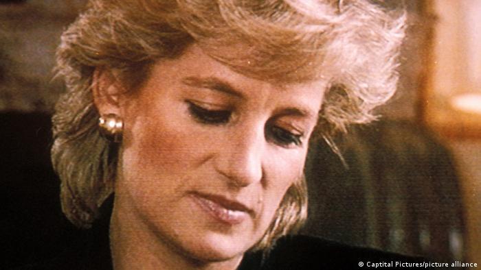 Prinzessin Diana schaut traurig nach unten