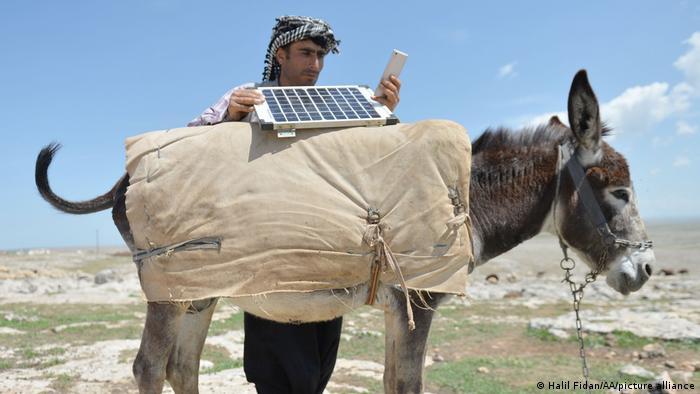 Schäfer mit Solarzelle in der