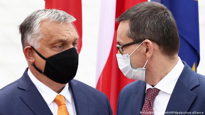 Прем'єр-міністр Угорщини Віктор Орбан (ліворуч) та його польський колега Матеуш Моравецький