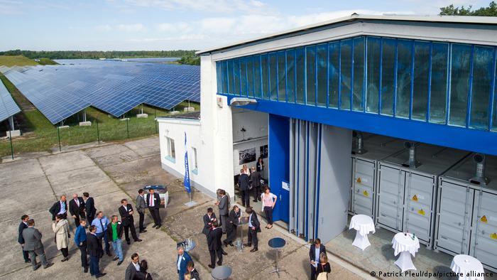 Batteriegroßspeicher für Sonnenenergie neben Solarpark in Deutschland