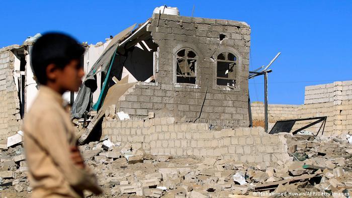 Jemen Sanaa | Kind vor zerstörtem Haus