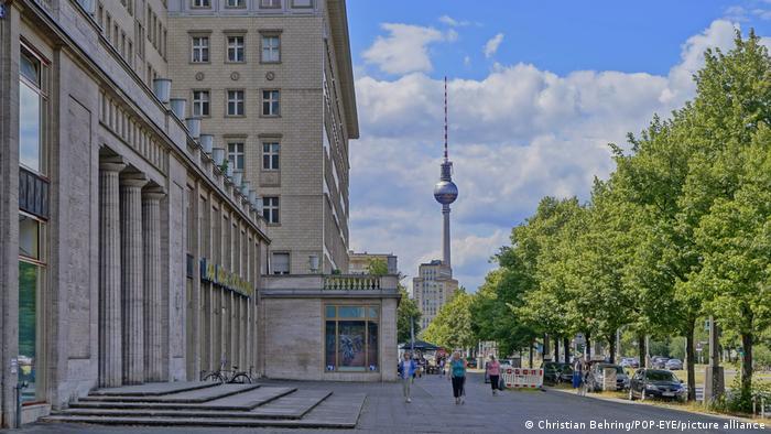 По знаменитой берлинской Карл-Маркс-аллее