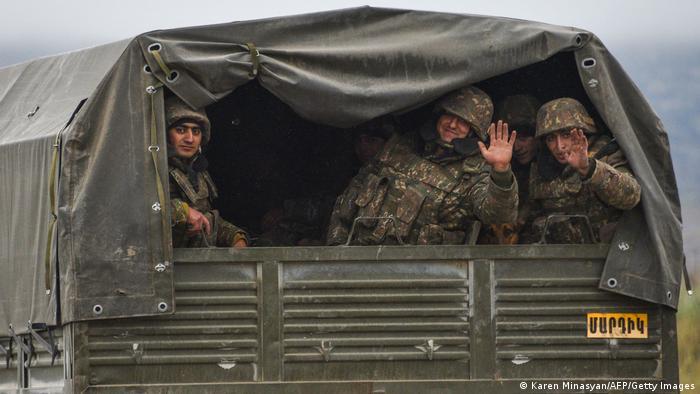 مقاتلون من الأرمن في أثناء انسحابهم من إقليم أغدام في ناغورني كاراباخ
