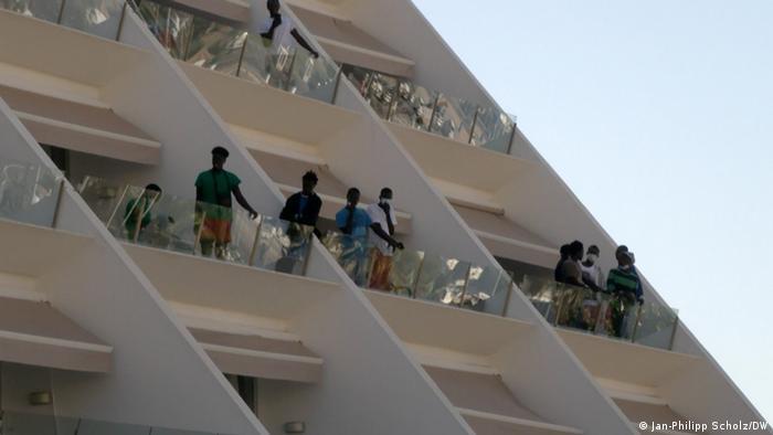 Inmigrantes en un hotel, albergue provisorio en las Islas Canarias. (18.11.2020).
