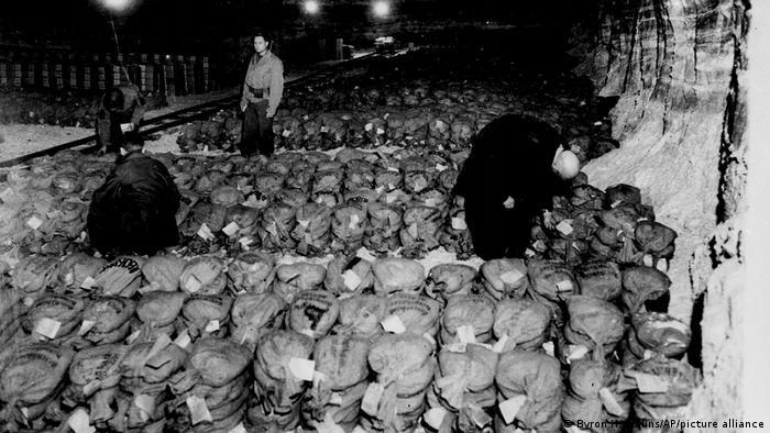 Мешки с деньгами и золотом в шахте Кайзеррода. Снимок сделан 7 апреля 1945 года американскими солдатами