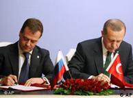 اردوغان (راست) و مدودف هنگام امضاء قراردادها
