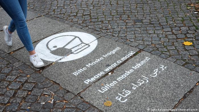 U Berlinu u pješačkoj yoni podsjećaju na obavezu nošenja maski