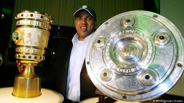 Fußball Bundesliga Ailton Werder Bremen mit Meisterschale und Pokal