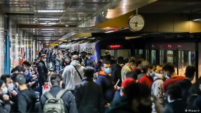 یک ایستگاه مترو در تهران در غروب یکی از روزهای پایانی آبان ۱۳۹۹