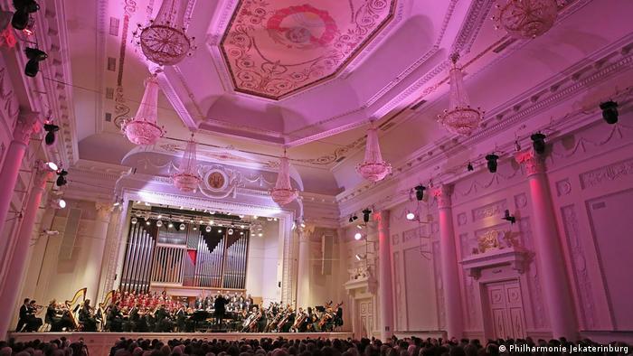 Saal der Sverdlovsker Philharmonie in Jekaterinburg mit Säulen, Kronleuchtern und Stuck (Philharmonie Jekaterinburg).