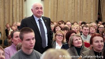 Philharmonie-Direktor Koloturski steht inmitten von Publikum (Philharmonie Jekaterinburg).
