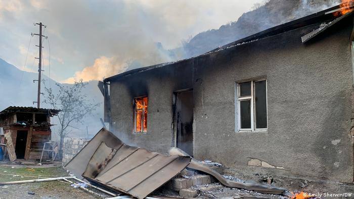 Залишаючи свої будинки, вірменські біженці підпалюють їх