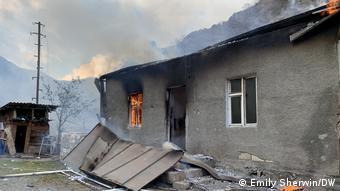 Подожженный дом в Нагорном Карабахе