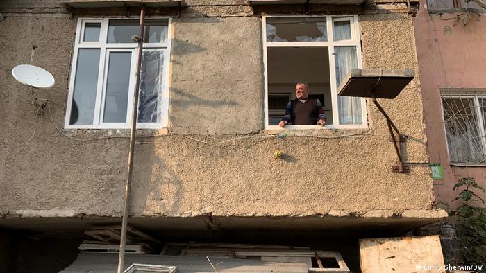 Вачаган Мелькумян в окне своей квартиры в Степанакерте