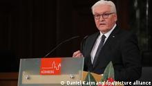 20.11.2020, Bayern, Nürnberg: Bundespräsident Frank-Walter Steinmeier spricht beim Festakt zum 75. Jahrestag des Beginns der Nürnberger Kriegsverbrecherprozesse im Saal 600 im Nürnberger Justizpalast. Foto: Daniel Karmann/dpa-POOL/dpa +++ dpa-Bildfunk +++