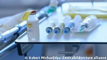13.11.2020, Sachsen, Dresden: Medikamente zur Behandlung von Covid-19 liegen in Corona-Intensivstation des Universitätsklinikums Dresden auf einem Tisch an einem Krankenbett. Foto: Robert Michael/dpa-Zentralbild/dpa +++ dpa-Bildfunk +++ | Verwendung weltweit
