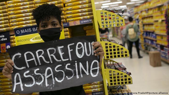 Als Mörder bezeichnet diese Demonstrantin in Rio de Janeiro die Supermarktkette Carrefour