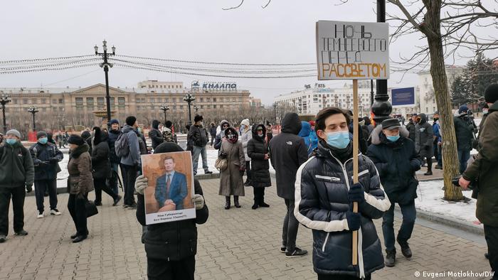 Участники акции с плакатами у здания правительства Хабаровского края