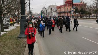 Протестующие идут по одной из улиц Хабаровска