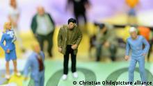 Miniaturfiguren auf Euroscheinen, Symbolfoto Grundeinkommen