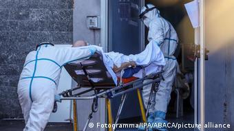 Итальянские медики везут больного на каталке