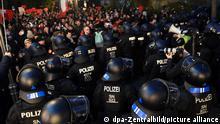 21.11.2020, Sachsen, Leipzig: Polizei sperrt den Weg von Gegnern der Corona-Politik im Zentrum. Gegen die Kundgebung regt sich breiter Protest. Foto: //dpa-Zentralbild/dpa | Verwendung weltweit