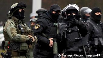 Силовики в масках и униформе на улице в Минске