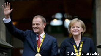 Donald Tusk und Angela Merkel nach der Preisverleihung in Aachen (Foto: dpa)