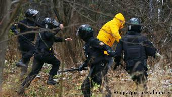 Омон пытается задержать участника акции в Минске