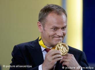 Donald Tusk mit seinem Karlspreis (Foto: picture alliance/dpa)