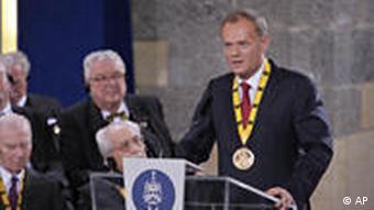 Donald Tusk während seiner Dankesrede in Aachen (Foto: AP)