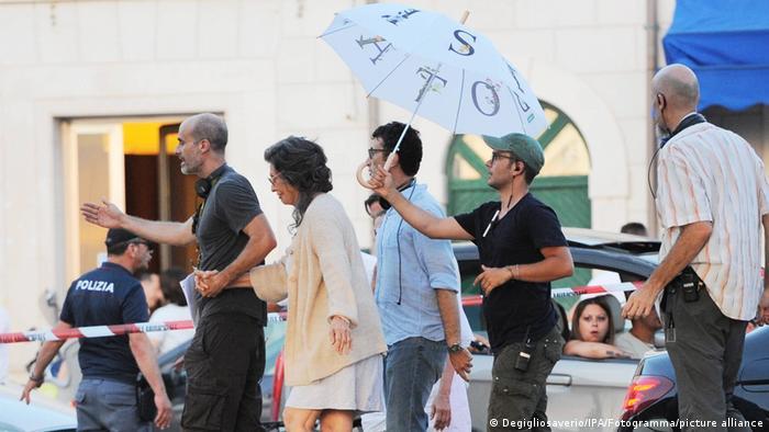 A atriz Sophia Loren e o filho e cineasta Edoardo Ponti nas filmagens de 'Rosa e Momo' em Bari.