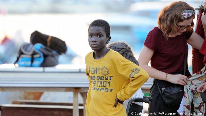 Ibrahima Gueye schaut in die Kamera während einer Drehpause (Degigliosaverio).