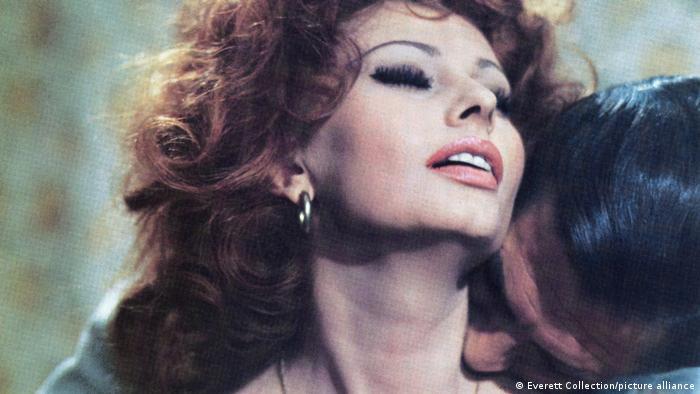 Sophia Loren wird von einem Mann in den Nacken geküsst