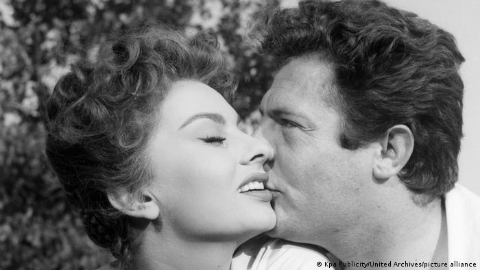 Sophia Loren wird von Marcello Mastroianni auf die Wange geküsst.