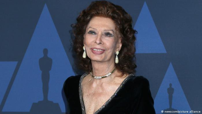 Sophia Loren vor einer Fotowand bei den Oscars (picture alliance)