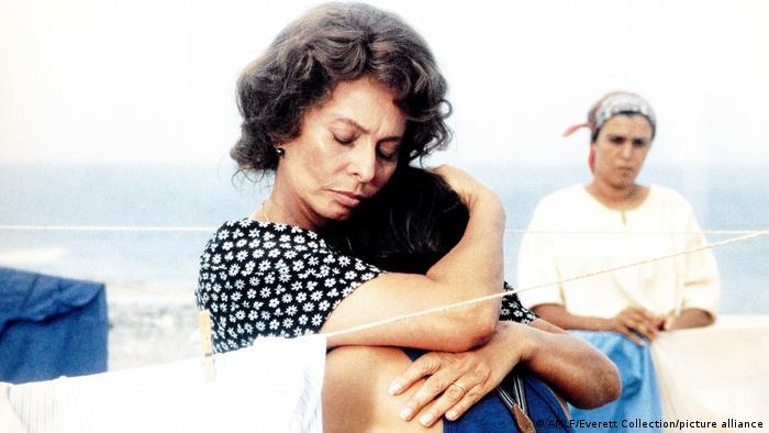 Sophia Loren umarmt einen Mann