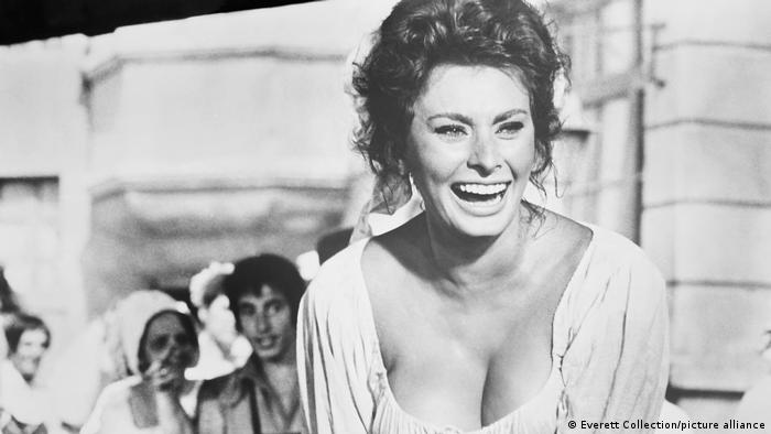 Sophia Loren in einer Filmszene in historischer Bluse 1961