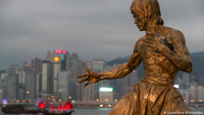 بروس لی در سراسر جهان از محبویت زیادی برخوردار است و تندیسهای متعددی در ستایش و گرامیداشت یاد او رونمایی شدهاند. تصویر: مجسمه بروس لی در هنگ کنگ.