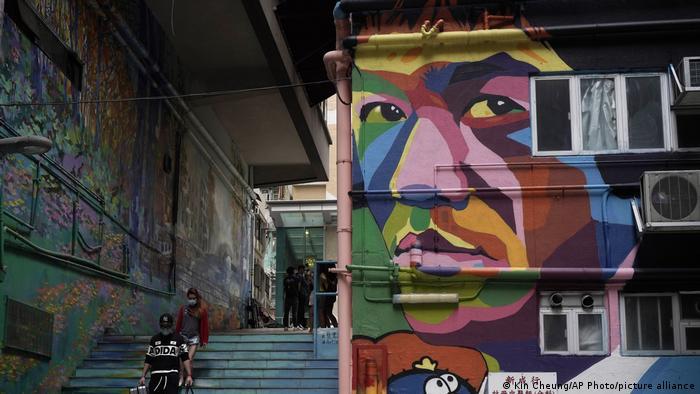 چهره بروس لی همچنین در برخی خیابانهای هنگ کنگ بر دیوارها نقش بسته است. این تصویر در اوایل پاندمی کرونا در هنگ کنگ در ماه مارس سال ۲۰۲۰ گرفته شده است.