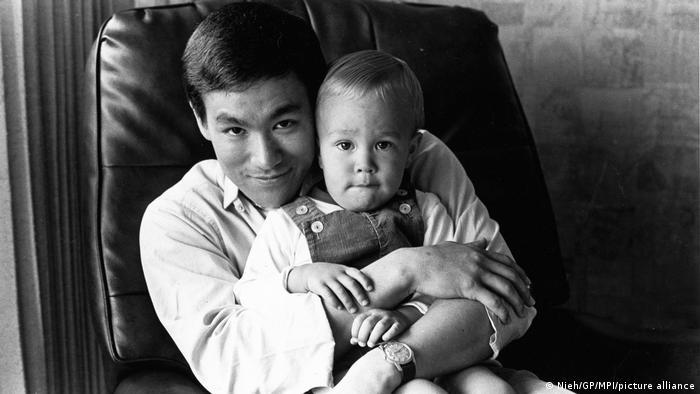 بروس لی و پسرش براندون در حول و حوش سال ۱۹۶۰ میلادی در خانهشان.