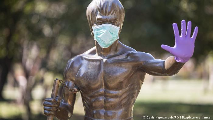 Bruce Lee s maskom i rukavicom