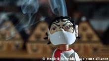 Deutschland Virologen-Räuchermännchen aus dem Erzgebirge