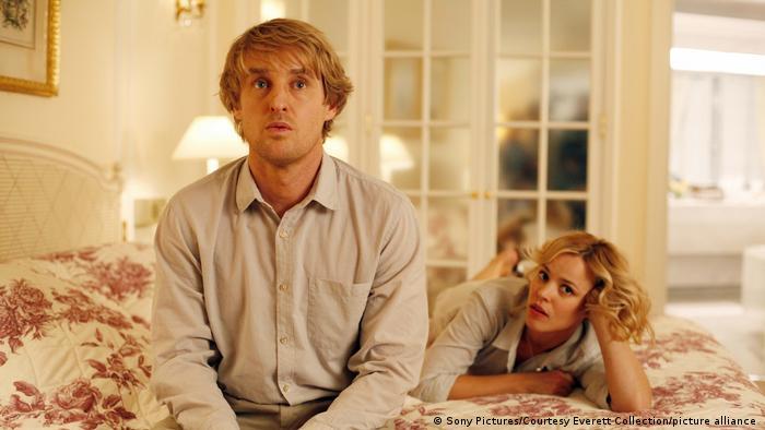 Filmszene aus Woody Allens Midnight in Paris - Owen Wilson sitzt auf einem Bett, dahinter liegt Rachel McAdams (Sony Pictures).