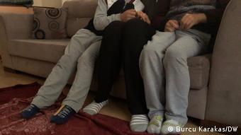 Η 27χρονη Αϊζέλ με τα δυο της παιδιά