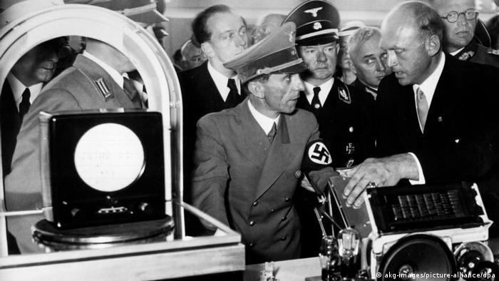 Deutschland Geschichte Goebbels und Glasmeyer bei der Funkausstellung 1939